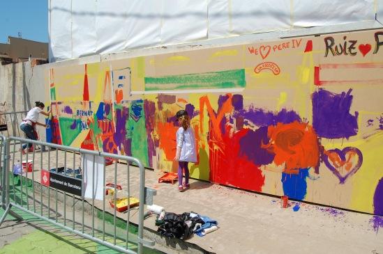 Us Barcelona actividades. Grafiti infantil en muro
